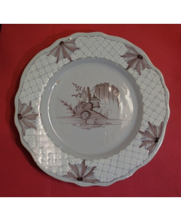 Assiette chantournée à décor manganèse - Saint Amand - XVIIIème.